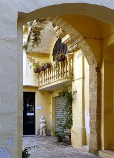 Gallipoli: cortile nella città vecchia - Court-yard in the old town