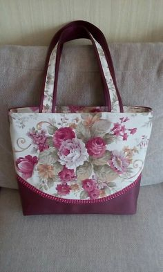 Purcsi táskái – Purses And Handbags Diy Quilted Tote Bags, Patchwork Bags, Crazy Patchwork, Patchwork Quilting, Diy Bags Purses, Coin Purses, Bag Patterns To Sew, Patchwork Patterns, Fabric Bags