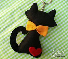 Me encanto esta ideagorgeous black cat keyring made from felt!Felt Cat - for Gemma, in White with a black love heart and red gingam bow and tagblack cat - this is a dead link but the picture is too cute would make cute holiday tree ornament, especial Fabric Crafts, Sewing Crafts, Sewing Projects, Diy Projects, Cat Crafts, Arts And Crafts, Felt Christmas, Christmas Crafts, Felt Bows