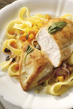 Bandnudeln mit gebratener Salbei-Hähnchenbrust: http://kochen.gofeminin.de/rezepte/rezept_gebratene-salbei-hahnchenbrust_310873.aspx  #pasta