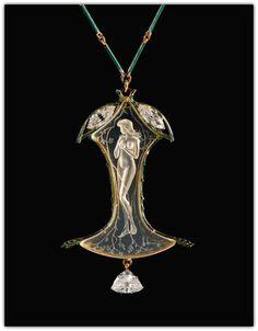 RENÉ LALIQUE. A ROCK CRYSTAL, ENAMEL, DIAMOND AND GOLD PENDANT NECKLACE - CIRCA 1905.