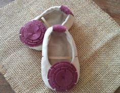 ROUPA bebê Mary Janes. Sapatos de feltro. Presente novo do bebê. Bailarinas. Bebê Moda. Linho Sapatos com flores de feltro.
