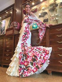 Amor a primera vista – EntreArtes – Medium Flamenco Costume, Flamenco Skirt, Flamenco Dancers, Flamenco Dresses, Dance Fashion, Fashion Show, Fashion Design, Flamingo Dress, Spanish Fashion
