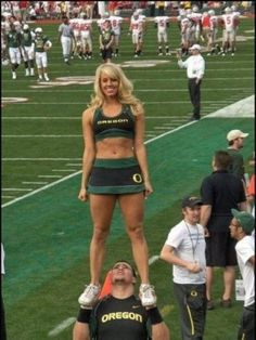 Hilarious sports pictures, funny sports moments, sports humor and satire for every sports fan. Awesome collection of awkward sports pictures. Funny Cheerleader, Male Cheerleaders, Oregon Cheerleaders, Volleyball Funny, Funny Images, Funny Photos, Funniest Pictures, Funny Sports Pictures, Sports Photos