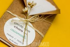 Mimo para que os convidados mais emocionados possam enxugar suas lágrimas de felicidade na hora da cerimônia. Geralmente deixados sobre as cadeiras dos convidados. <br> <br>Para ninguém segurar a emoção. Porque se for de felicidade, o choro tá liberado! <br> <br>>> Informações << <br>- Contém 1 lenço de papel macio <br>- Embalagem feita em papel Kraft 180g <br>- Tag feita no papel vergê branco <br>- Personalizamos texto e cores de acordo com preferências do cliente <br>- Acabamento em fio… Christmas Gift Wrapping, Christmas Gifts, Wedding Stationary, Wedding Invitations, Wedding Cards, Diy Wedding, Marry Me, Entryway Decor, Diy Home Decor