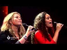 """Antje en Romy Monteiro zingen """"Afscheid Nemen Bestaat Niet"""" tijdens Surp..."""