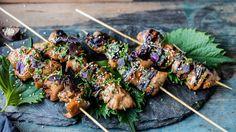 Etter japansk tradisjon serveres ikke yakitori med noen form for tilbehør bortsett fra drikke. Men hvis du vil gjøre måltidet mer mettende kan du servere med kokt ris. Husk å bløtlegge trespydene før bruk.