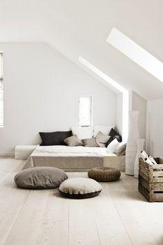 chambre a coucher blanche avec coussins noir gris