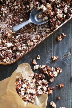 Sjokoladepopcorn kan være det nye lørdagsgodtet ditt! Varier gjerne med type sjokolade - chilli-, salt- eller melkesjokolade for eksempel.