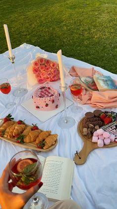 .(@nouffaln) on TikTok: Birthday picnic <3 @user160813699 @3hoodk Picnic Date Food, Picnic Foods, Picnic Ideas, Beach Picnic, Summer Picnic, Cute Food, Yummy Food, Comida Picnic, Picnic Birthday