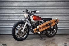 Yamaha SR 400 with Seven Suns longboard holder By Dirty Seven