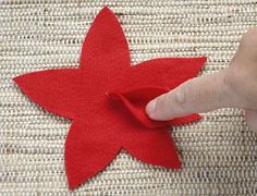 Fixe a pétala sobre a cola Felt Christmas Decorations, Christmas Swags, New Years Decorations, Felt Christmas Ornaments, Christmas Crafts, Felt Flowers, Fabric Flowers, Felt Crafts, Diy And Crafts