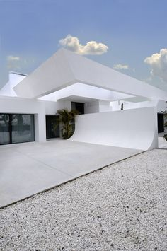 For modern minimalism at its best, Spanish architecture firm A-cero takes us to Sotogrande, on the Mediterranean coast. This awesome modern house is a Architecture Design, Amazing Architecture, Contemporary Architecture, Spanish Architecture, White House Interior, White Exterior Houses, Style At Home, Modern Buildings, Pool Houses