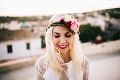 novia hipster, corona de flores y labios rojos!