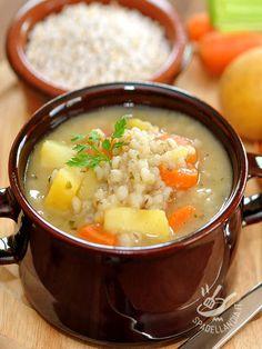 La Zuppa di orzo, patate e carote è in grado di dare all'organismo un surplus di energia pulita a base di vitamine, sali minerali e tanto gusto. #zuppadiorzoepatate