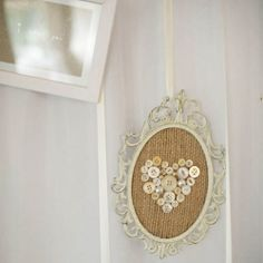 framed burlap with button heart . burlap, buttons, lace, frame (embroidery hoop) and a bit of glue Aww! so pretty! Wedding Picture Frames, Vintage Picture Frames, Button Art, Button Crafts, Framed Burlap, Interior Design Themes, Diy Buttons, Vintage Buttons, Burlap Lace