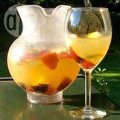 Foto de la receta: Sangría blanca de moscato y frutas