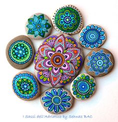 Hand Painted Stone Flowers / Set of 8 por ISassiDellAdriatico