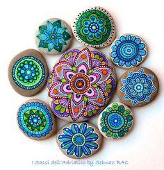 Hand Painted Stone Flowers / Set of 8 por ISassiDellAdriatico
