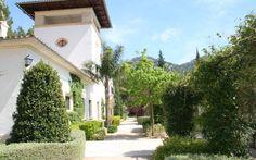 Finca Fabiana • Ort: Bunyola, Mallorca Westen • Preis pro Nacht 100 bis 185 € • Personen: Max. 32 • Die Finca liegt in wunderschöner Lage bei den bekannten Alfabia Gärten und ist ein optimaler Ausgangspunkt für Gäste, die an der Natur und Wanderungen interessiert sind.