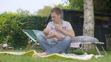 Achtsam füttern - Fläschchen geben mit Liebe & Achtsamkeit - lesen Sie hier, wie das klappt! http://lansinoh.de/flaschenfuettern