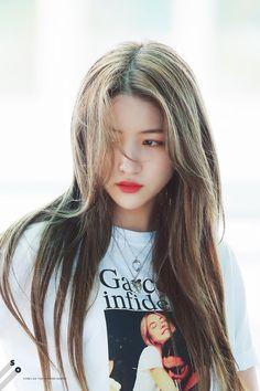 Kpop Girl Groups, Kpop Girls, Pop Hair, Gfriend Sowon, Playing With Hair, G Friend, South Korean Girls, Girl Hairstyles, Rapper