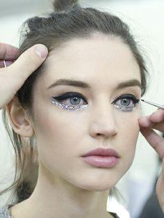 Eyeliner-en-glitter-van-Chanel-Parijs-Haute-Couture-Week-ss-2014_reference.jpg (400×532)