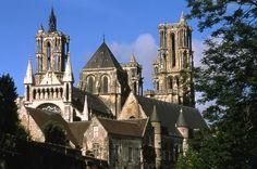 la cathédrale gothique de Laon. Cet édifice a été construit entre 1155 et 1235. Il est caractérisé par des gargouilles et des boeufs placés au sommet des tours.