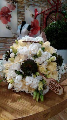 Menyasszonyi csokor fehér és krém virágokból, kövirózsával, vintage fa díszekkel.
