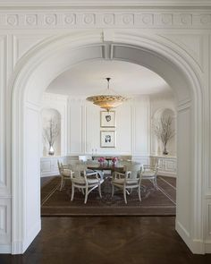 輕白色的微古典家居,一道道拱門讓空間回到了經典。 via Andrew Skurman Architects