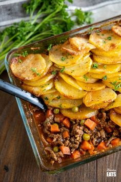 Yummy Crispy Potato Topped Meat Pie (Minced Beef Hotpot) - a delicious family meal of minced beef in a yummy gravy with vegetables topped with golden potato slices. Slimming World and Weight Watchers friendly. Minced Beef Recipes Easy, Minced Meat Recipe, Easy Mince Recipes, Recipes Dinner, Dinner Ideas, Potato Recipes, Meat Recipes, Cooking Recipes, Healthy Recipes