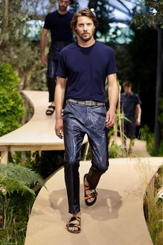 Birkenstock unveiled its Spring/Summer 2018 collection for the first time during Paris Fashion Week. Vogue Paris, Male Fashion Trends, Mens Fashion, Paris Fashion, Mens Beach Shoes, Beautiful Series, Barefoot Men, Mens Flip Flops, Paris Shows