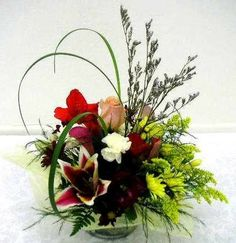 valentine floral arrangements | Valentine's Day flower arrangements placed in a small glass cube ...