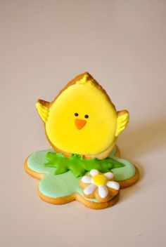Cute and simple Easter chick decorated iced cookie / biscuit. Galletas decoradas.