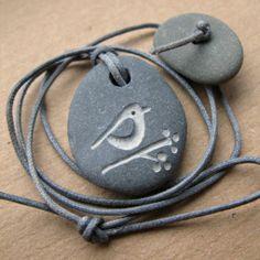 pájaro y bayas collar de piedra de la playa por birdahoy en Etsy