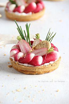 tartelettes à la mousse de chèvre frais, radis, crackers au pavot