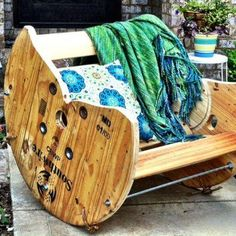 36 Wooden Cable Reel Recycling Ideas: The cable reel which we are talking about is wooden cable reel. This wooden cable reel has multiple uses like to export Backyard Furniture, Diy Outdoor Furniture, Diy Furniture, Furniture Projects, Furniture Covers, Furniture Online, Furniture Plans, Wooden Cable Reel, Spool Chair