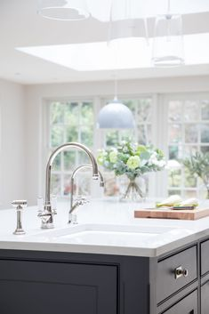 Positioning the sink on the island to the far left ensures there is plenty of prep space in front of the main cooking area and the Quooker classic hot tap means there is boiling water on demand. #humphreymunson