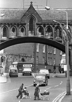 Arch over Winetavern St May 1975 (Part of the Independent Ireland Newspapers/NLI Collection) Ireland Pictures, Images Of Ireland, Old Pictures, Old Photos, Grafton Street, Bay City Rollers, Photo Engraving, Ireland Homes, Dublin City