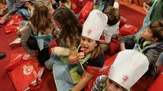 """Hoy, hemos recibido la visita de distintos colegios al pabellón 8. """"El de los sentidos"""" y han podido degustar nuestra variedad de tomates."""