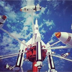 A vintage photo of Tomorrowland in Disneyland. The rockets were one of my favorites. Miss riding up the elevator to get to the ride. Disneyland Tomorrowland, Disneyland Rides, Hong Kong Disneyland, Disneyland Resort, Disneyland Paris, Disney Cruise Line, Disney Stuff, Disney Love, Disney Magic