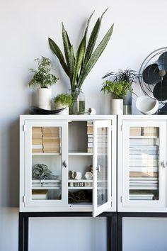 1. consola blanca con puertas de cristal_exterior con vistas_blog de decoración