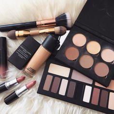Produits de maquillage palette fond de teint rouge à lèvres