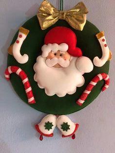 Guirlanda de natal em feltro; felt door christmas Felt Christmas Decorations, Beaded Christmas Ornaments, Felt Ornaments, Christmas Themes, Christmas Wreaths, Christmas Sewing, Christmas Art, Christmas Projects, Felt Crafts
