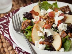 Bacon, Apple & Goat Cheese Salad with Candied Walnuts and a delicious Apple Butter Vinaigrette. Bacon Salad, Goat Cheese Salad, Salad Bar, Soup And Salad, Pasta Salad, Cilantro, Clean Eating, Healthy Eating, Healthy Food