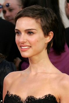 Natalie Portman - The 18 Greatest Celebrity Pixie Cuts Of The Past Decade! Celebrity Pixie Cut, Very Short Hair, Short Hair Cuts, Short Pixie, Long Hair, Natalie Portman, Pixie Hairstyles, Celebrity Hairstyles, Pixie Haircuts