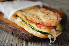 Panpizza zucchini stuffed with provolone and salami Bagels, Happiness Recipe, Panini Sandwiches, Brunch, Happy Foods, Antipasto, Crepes, Love Food, Hamburger