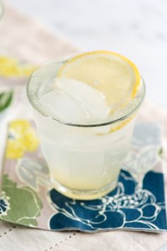 Você simplesmente não tem como errar com esta receita clássica Gin fizz. É simples, refrescante, leve e é um sucesso durante todo o ano! O Gin Fizz é o coquetel mais conhecido na família Fizz. As c…