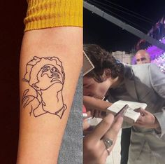 Timothée Chalamet kissing a fan's tattoo at the Venice Film Festival - Timothée Chalamet kissing a fan's tattoo at the Venice Film Festival - Harry Styles Tattoos, Tatuajes Harry Styles, Harry Tattoos, Tattoos Skull, Name Tattoos, Mini Tattoos, Body Art Tattoos, Small Tattoos, Tatoos