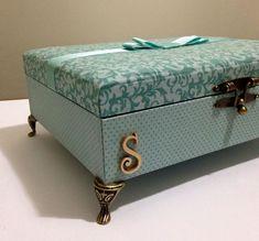Hermosos Piecitos de metal luis xv importados medida 3x2,5cm !! 💗💗 para alhajeros , cajitas mdf ,comoditas , bandejas y mucho mas !! Cajas Shabby Chic, Shabby Chic Crafts, Cigar Box Crafts, Jewelry Box Makeover, Altered Cigar Boxes, Diy Storage Boxes, Decoupage Box, Diy Cardboard, Wedding Boxes